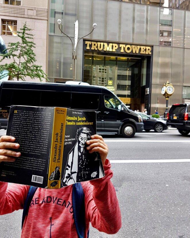 Un jeune lecteur de Jacob, devant la Trump Tower à New York