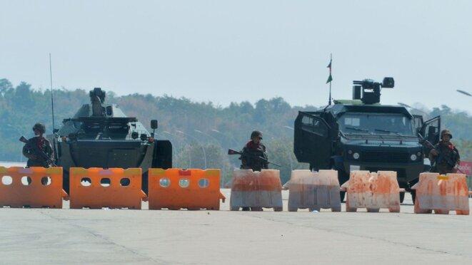 L'armée bloque l'accès au Parlement, à Naypyidaw. Il n'y a pratiquement aucune photo d'un coup d'État se jouant à huis clos. © AFP/STRINGER