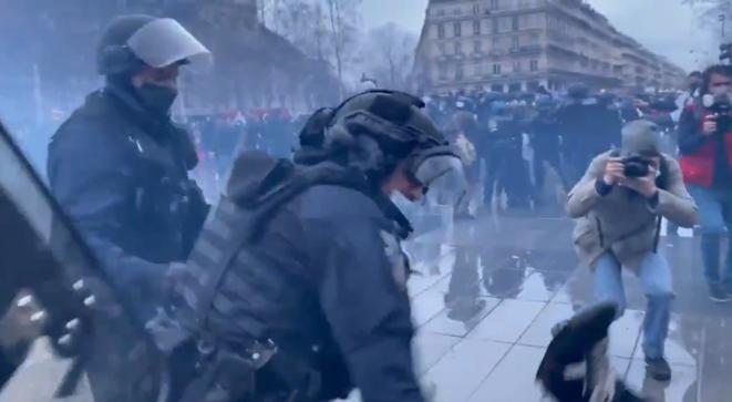 Le commissaire Paul-Antoine Tomi, samedi 30 janvier, place de la République, à Paris.