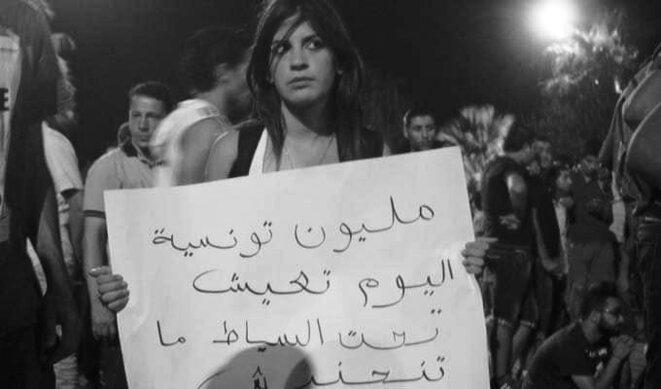 Lina Ben M'henni dans une manifestation contre les violences faites aux femmes. © Falgatna