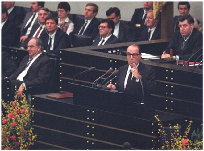 Mitterrand à Bonn devant le Bundestag en 1983. Archives fédérales allemandes.