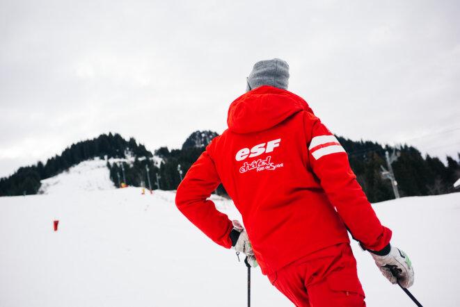 Un moniteur de ski ESF en fin d'année 2020 à Châtel dans les Alpes du Nord. © Marie Magnin / Hans Lucas / Hans Lucas via AFP