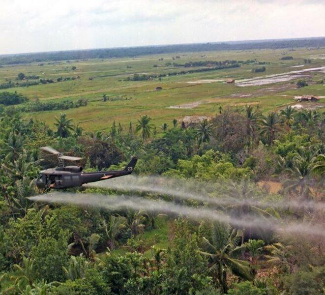 Épandage par hélicoptère de l'agent orange dans le delta du Mékong le 26 juillet 1969 © Brian K. Grigsby - SPC5