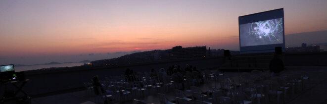 """Avant la projection du film """"Méditerranée"""" de JD Pollet, sur le toit de la """"Cité Radieuse"""", avec Jean douchet © JfN"""