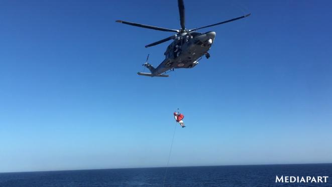 L'évacuation par hélicoptère d'une femme enceinte qui était à bord de l'Ocean Viking (vidéo dans l'article). © NB