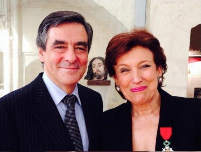 Le 12 juillet 2013, Roselyne Bachelot est décorée chevalier de l'ordre national de la Légion d'honneur par l'ex-ancien Premier ministre François Fillon. Photo diffusée sur les réseaux sociaux.