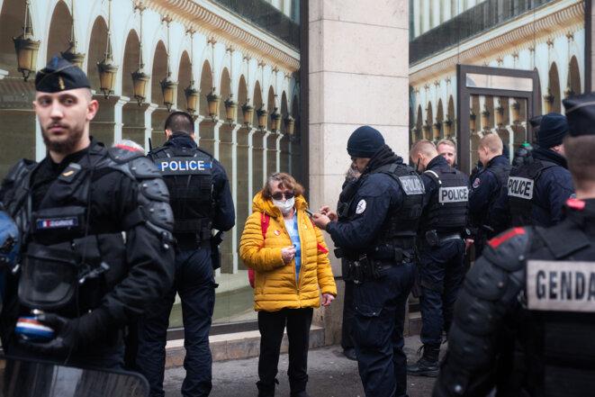 Un contrôle d'identité en marge d'une manifestation à Paris, le 8 février 2020. © Raphael Kessler / Hans Lucas via AFP
