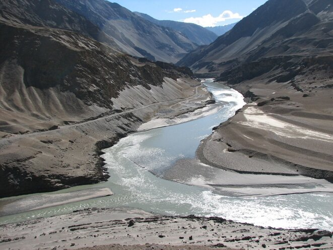 Incredible India: high in the dry desert of the Trans Himalaya water! The little Indus river left flows into the Zanskar river  (13 September 2007) © Henk Monster