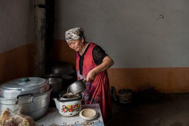 Gulzira Auelkhan fait du thé chez elle dans son village. Elle a été détenue pendant 18 mois