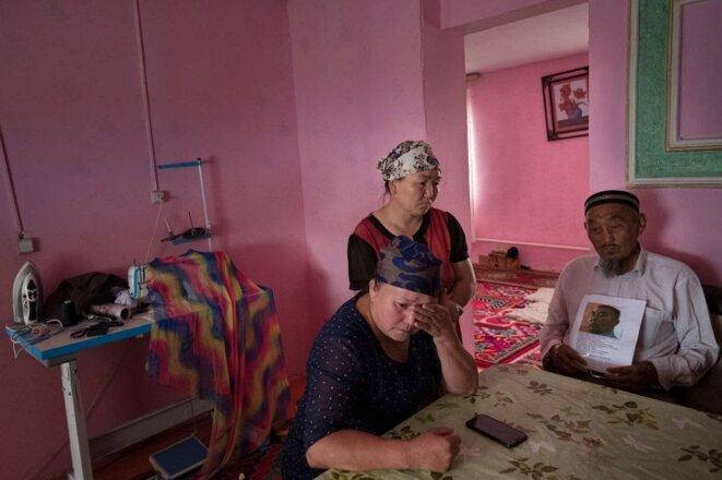 Gulzira Auelkhan, au centre, chez elle dans son village. Elle a été forcée de retenir les femmes dans les camps, a-t-elle déclaré