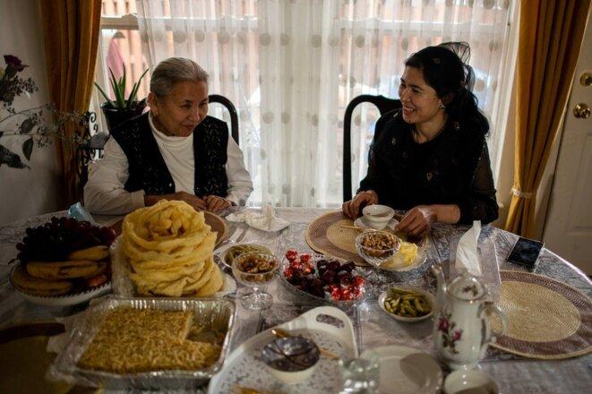Tursunay Ziawudun chez elle aux États-Unis avec sa logeuse, qui la soutient