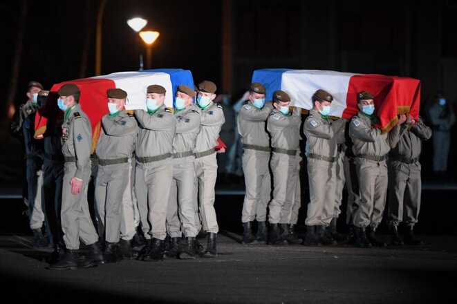 Des soldats de l'armée française portent les cercueils de deux soldats tués au Mali le 2 janvier 2021, lors d'une cérémonie à Haguenau, le 8 janvier. © Patrick Hertzog/AFP