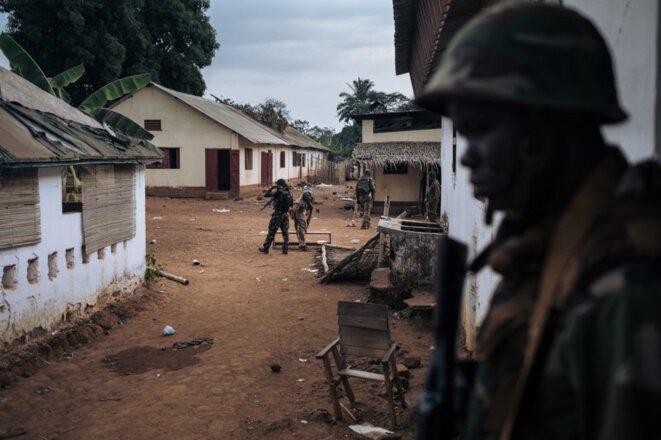 À Bangassou, le 3 février, des soldats de l'armée centrafricaine (FACA) retrouvent leur base, un mois après son pillage par des rebelles de la CPC. © ALEXIS HUGUET / AFP