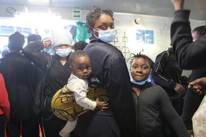 Aïcha, sa fille Hadjara et son bébé Mohamed, à bord de l'«Ocean Viking». © NB