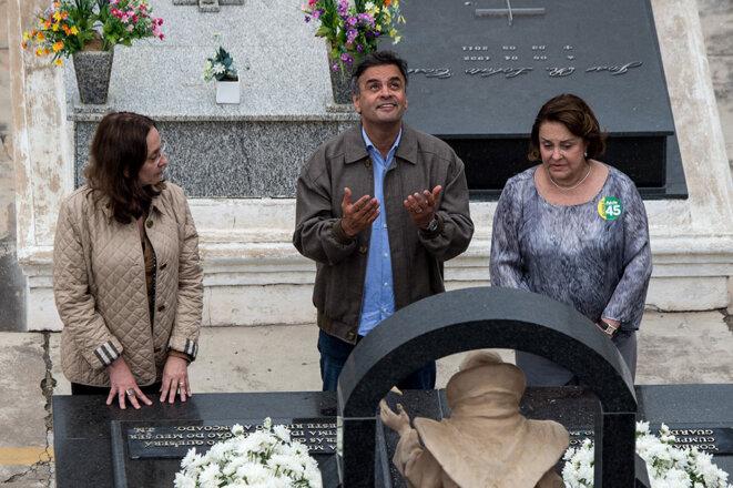 Andrea Neves, Aécio Neves et Inês Maria Neves Faria devant le tombeau de Tancredo Neves en 2014. © YASUYOSHI CHIBA / AFP