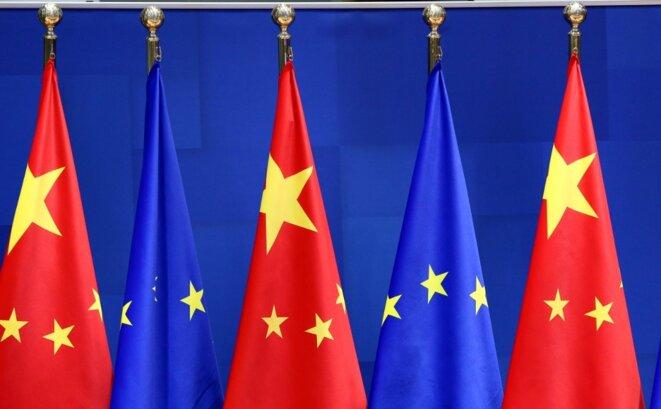 Des drapeaux européens et chinois le 30 décembre 2020 à Bruxelles, lors de la visioconférence avec Xi Jinping. © Dursun Aydemir/ANADOLU/AFP