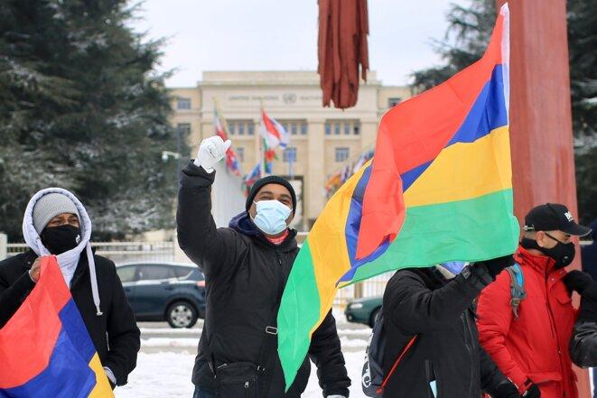 Des manifestants mauriciens devant le Palais des Nations à Genève, le 13 février 2021. © Jean-Luc Mootoosamy/ Media Expertise
