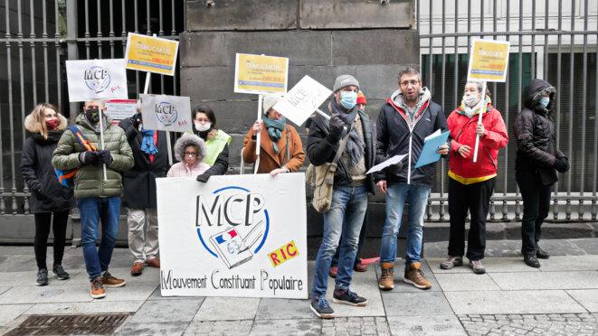 Le groupe et sympathisants devant la Mairie © Georges-André Photos