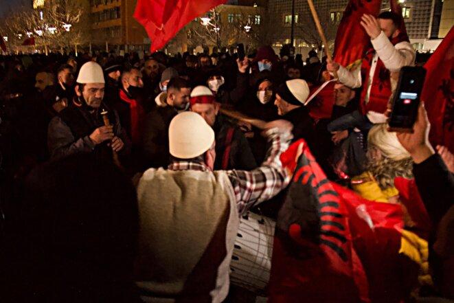 Des partisans d'Albin Kurti, dimanche soir, à Pristina. © L. G.