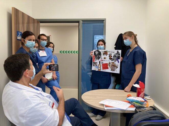 Elie Azoulay avec des étudiants en médecine. © JC