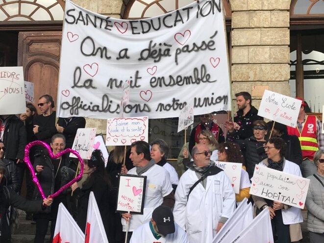 Action commune des secteurs de la santé et de l'éducation, ici sur le perron de la mairie d'Auch le 14 février 2020 (des enseignants, les BlackProfs, ayant, la nuit, occupé avec les soignants les locaux de l'hôpital) [Ph. YF]