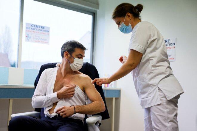 Le 8 février, le ministre de la santé Olivier Véran a reçu une injection du vaccin d'AstraZeneca. © Thomas Samson - AFP