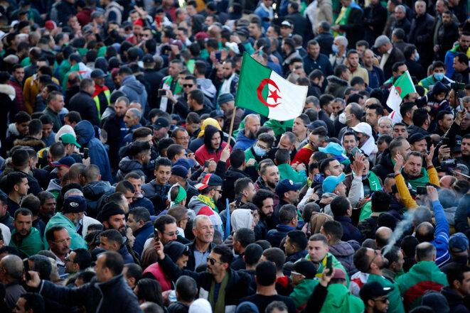 Des milliers de personnes ont manifesté le 16 février 2021, à Kherrata, berceau du Hirak, où ont éclaté il y a deux ans les premières manifestations contre le pouvoir algérien. © AFP