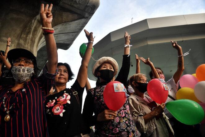 Des manifestants font le célèbre salut de «Hunger Games», à Bangkok, en Thaïlande, le 31 août 2020 © Lillian SUWANRUMPHA / AFP
