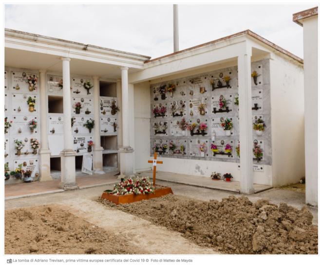 """Cimetière de Vò. La sépulture de la première victime de la pandémie Covid-19 en Europe, un homme de 77 ans. Capture d'écran du site du quotidien """"Il Manifesto""""."""