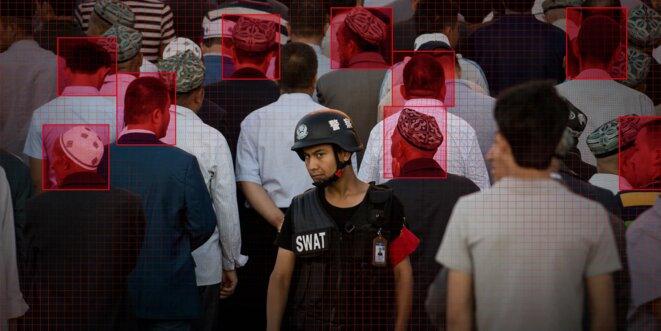 Un officier de police monte la garde alors que les musulmans arrivent pour la prière matinale de l'Aïd al-Fitr à la mosquée Id Kah de Kashgar, une ville de la région autonome ouïghoure du Xinjiang, en Chine occidentale, le 26 juin 2017. Photo : Johannes Eisele/AFP via Getty Images