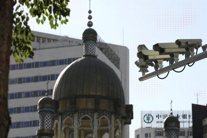 Des caméras de sécurité sont visibles dans une rue d'Ürümqi, la capitale de la région du Xinjiang, en Chine occidentale, le 2 juillet 2010. Photo: Peter Parks/AFP via Getty Images