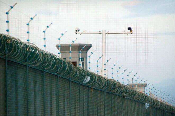 """Des caméras de sécurité sont installées au-dessus de la clôture de ce qui est officiellement connu comme un """"centre de formation professionnelle"""" à Dabancheng, Xinjiang, le 4 septembre 2018. Ce centre, situé entre la capitale de la région, Ürümqi, et le site touristique de Turpan, est l'un des plus grands centres connus. Photo: Thomas Peter/Reuters"""