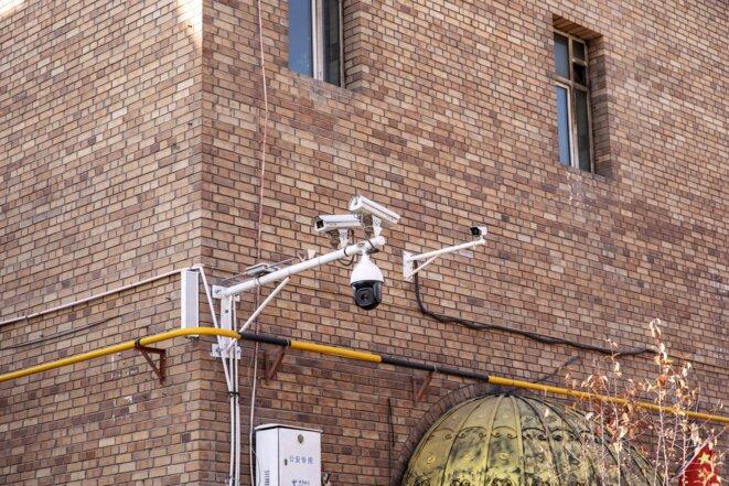Des caméras de surveillance sont installées à l'extérieur d'une mosquée dans le bazar principal d'Ürümqi, au Xinjiang, le 6 novembre 2018.  Photo: Bloomberg via Getty Images