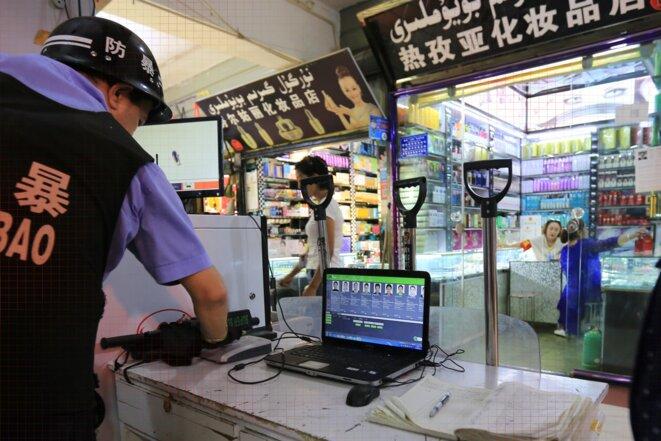Un écran d'ordinateur d'un point de contrôle montre de nombreux visages, à Kashgar, Xinjiang, le 28 juin 2018.  Photo: Yomiuri Shimbun via AP