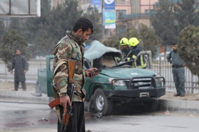 Sur le site d'un attentat à la bombe à Kaboul, qui a tué au moins deux personnes, le 21 février. © AFP