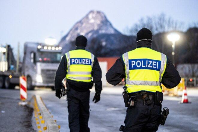 Des policiers allemands surveillent la frontière avec le Tyrol autrichien, mi-février. © MATTHIAS BALK / DPA / DPA PICTURE-ALLIANCE VIA AFP