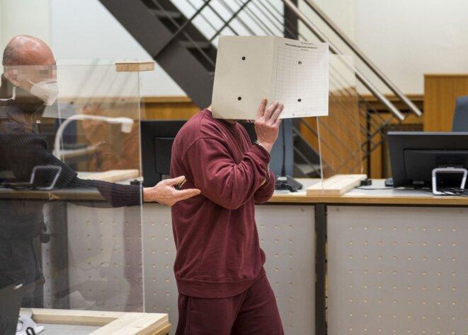 Eyad al-Gharib à son arrivée au tribunal le 24 février à Coblence. © Thomas Lohnes/AFP/Pool/dpa Picture-Alliance
