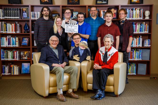 Temple Grandin, PhD, en bas à droite, professeur de sciences animales à l'université d'État du Colorado et auteure et conférencière de renom sur l'autisme, rend visite au Dr Darold Treffert, en bas à gauche, et à l'équipe du Treffert Center Leaders in Creative Media de Fond du Lac, en octobre dernier. © Courtesy Brad Thalmann and Agnesian HealthCare