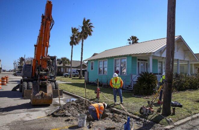 Des ouvriers réparent des canalisations à Galveston, Texas, le 19 février 2021. © Thomas Shea/AFP