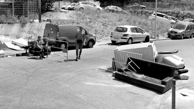 Deux checkpoints faits d'encombrants. © Illustration Marsactu / Google streetview - juillet 2020