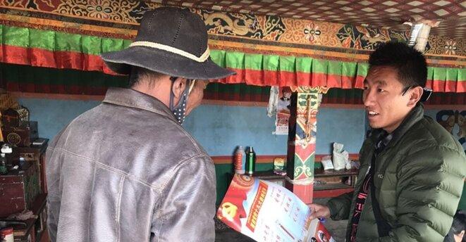 Tsering Tarchin, un fonctionnaire chargé de la lutte contre la pauvreté, explique les politiques et les directives nationales aux villageois de la préfecture de Ngari, dans la région autonome de Xizang, au sud-ouest de la Chine. [Photo fournie par le Global Times, avec l'aimable autorisation de Tsering Tarchin]