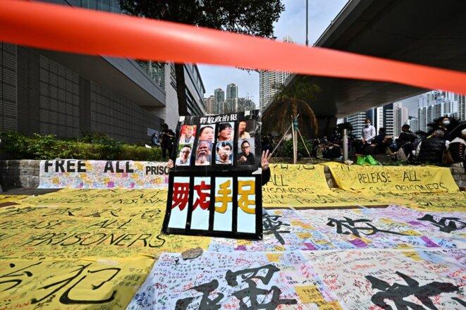 Près d'un tribunal de Hong Kong le 1er mars 2021, une manifestation de soutien aux figures du camp pro-démocratie inculpées pour « subversion ». © Anthony Wallace/AFP