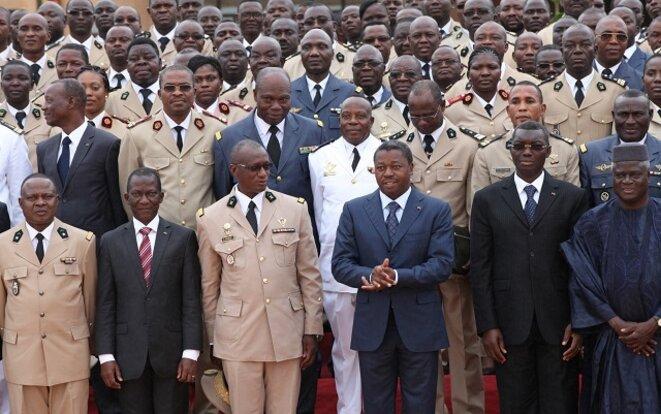 Faure Gnassingbé avec les officiers des Forces armées togolaises (FAT)