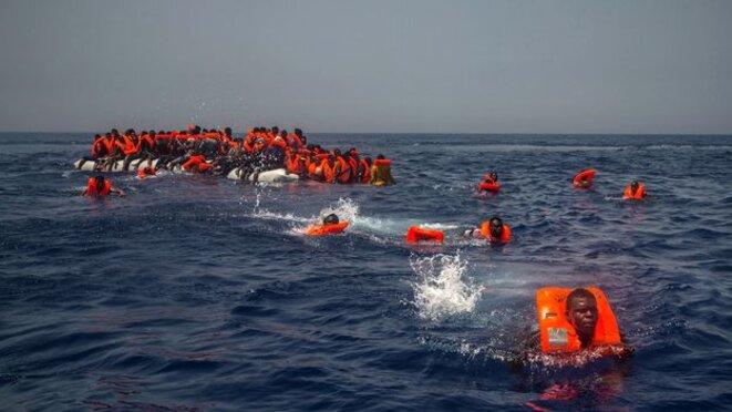 Migrants en détresse ... © Alban De Ferris