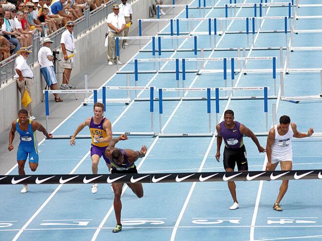 Arrivée d'une course de 110 mètres haies pour obtenir CR ou MVA © Phil Roeder from Des Moines, IA, USA, CC BY 2.0 via Wikimedia Commons