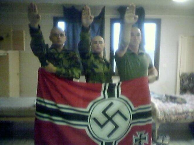 """Trois militaires du 17e RGP de Montauban effectuant un salut nazi. Image publiée en 2008 par """"La Dépêche du Midi"""". © La Dépêche du Midi"""