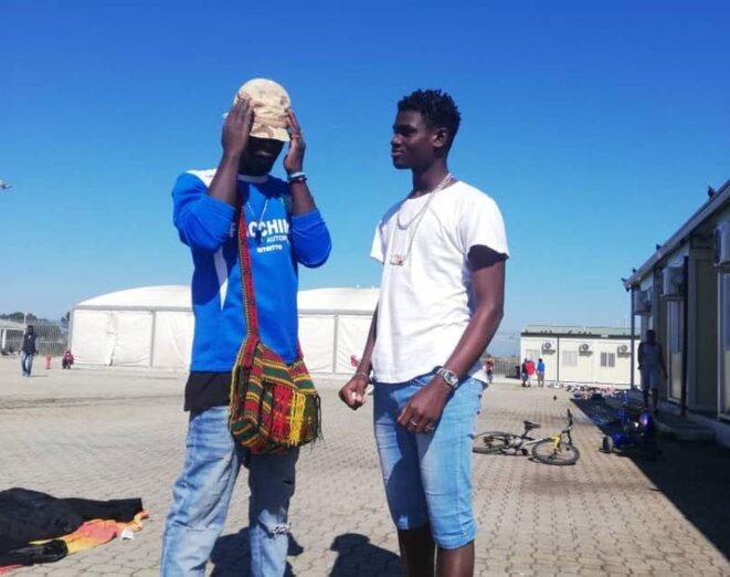Deux jeunes migrants au centre d'accueil pour demandeurs d'asile de Bari, en Italie. © Lamine