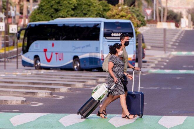 Des touristes à Tenerife (Espagne), et un bus du voyagiste TUI, le 28 septembre 2020 © Arturo Jimenez / DPA.