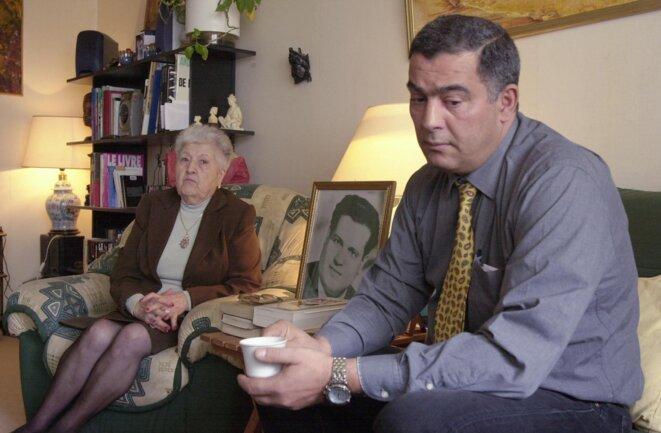 Malika Boumendjel, la veuve d'Ali Boumendjel, avec son fils, le 5 mai 2011. © Eric Feferberg/AFP