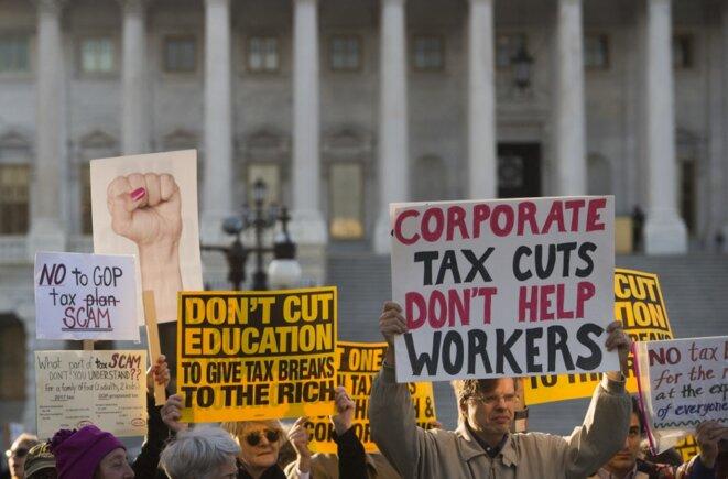 Manifestation en novembre 2017 devant le Capitole contre une importante baisse d'impôts sur les grandes fortunes et les entreprises. © Saul Loeb/AFP